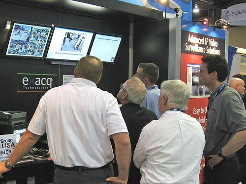 Monitores de videovigilancia a la vista de todo el público.